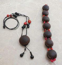 Este conjunto esta realizado con semillas de asahi (rojas) y ojo de buey. El collar tiene nudos correderos para poder adaptarlo.  www.ckcomplementos.es