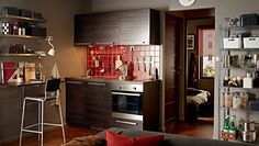 Современная кухня с темными фасадами ТИНСГРИД и темной столешницей