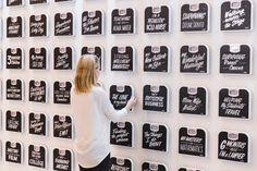 """La marca de comidas congeladas Lean Cuisine tuvo la genial idea de montar un muro en la Estación Central de Nueva York, en el que las voluntarias colgaban sus básculas de forma simbólica, en las que anotaban, en vez de sus kilos, lo que para ellas tenía realmente peso en sus vidas, sus prioridades. Las anotaciones fueron muy variadas, aunque la mayoría se centraron en aspectos cotidianos y profundos de la vida. Por ejemplo, una escribió """"el cuidado de 200 niños sin hogar cada día""""."""