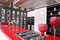 Cozinha com silestone vermelho da Simonetto Especialle, de Curitiba #cozinha #areagourmet #cozinhacomilha