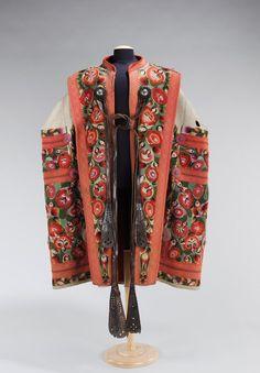 民族衣装bot @Minzokubot 9分9分前  1840から70年、ハンガリー、ウール地のコートSzűr。元々羊飼いの衣類だったが、刺繍やアップリケなど装飾性を増し、農民の晴着として定着した。
