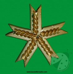 Christmas star created with modest quantities of .- Stella di Natale creata co. Diy Christmas Snowflakes, Wooden Christmas Tree Decorations, Christmas Tree Earrings, Snowflake Decorations, Wedding Cake Decorations, Christmas Star, Christmas Crafts For Kids, Christmas Ornaments, Macaroni Crafts
