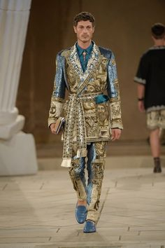 Italian fashion house Dolce & Gabbana dreams up a magical collection for its latest Alta Sartoria outing. Looking to Ancient Greece for inspiration, Dolce & Suit Fashion, Fashion 2020, Runway Fashion, Mens Fashion, Dolce & Gabbana, Inspiration Mode, Italian Fashion, Contemporary Fashion, Men's Collection