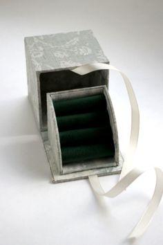 先日紹介しました「hinata」さんの イベントに出品する指輪入れです。 オーナーさんはナチュラルな色合いがお好みで ショップに置かれている作品...