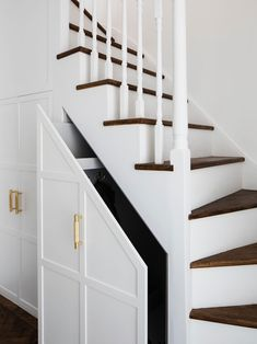 Upper staircase (storage): Stairs by Brosh Architects