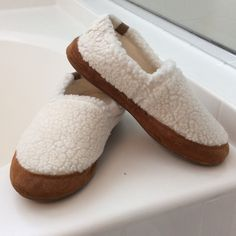Acorn slippers Like new!  Comfortable pair of slippers.  Great brand that will last you a long time. Acorn Shoes Slippers