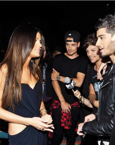 They're in awe by Selena XD I would too tbh xD she's so beautiful