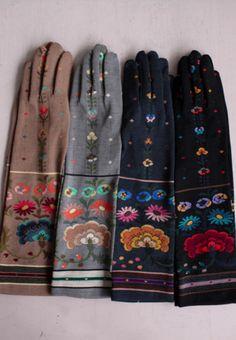 love these embroidered felt folk art east european style gloves Caroline Reboux, Boho Fashion, Vintage Fashion, Vintage Gloves, Long Gloves, Mori Girl, Clutch, Gypsy Style, Mitten Gloves