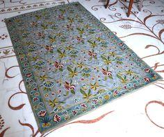 Tappeto ricamato in lana, dal Kashmir, azzurro, Embroidered carpet, Tapis brodé