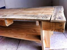 Beautiful Mesa Para Café / Pallet Coffee Table  #driftwood #livingroom #pallettable #recyclingwoodpallets I made this coffee table out of repurposed wooden pallets and some driftwood.   Mesa con madera reciclada de tarima y de un camastro de playa.   ...