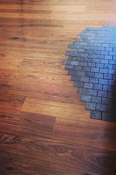 L'incontro di due materiali, è qualcosa di davvero unico. Ma fare questo non è cosi semplice. Dobbiamo essere precisi e avere una cura nel posare il pavimento in legno. #parquet #mixdimateriali #artigianlità Hardwood Floors, Flooring, Parquetry, Wood Floor Tiles, Wood Flooring, Floor