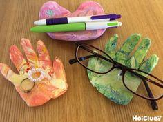 紙粘土を手のひら型に切り抜いたら、メガネをそっと支えてくれるメガネ置きのできあがり! ビーズやスパンコールで飾り付けたり、手のひら以外の好きな形にしたり、アレンジの幅はいっぱい。 母の日や父の日、敬老の日のプレゼントにもってこいの、子どもの成長伝わる製作遊び。