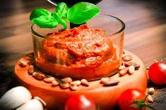 Tomatenpesto ist super schnell und einfach gemacht und eignet sich hervorragend zu vielen Pastagerichten oder auf Bruschetta. Hier geht es zum Rezept: