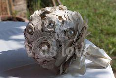 Bouquet da sposa di fiori di carta ricavati da un  libro usato, perle, foglie scheletrine e raso