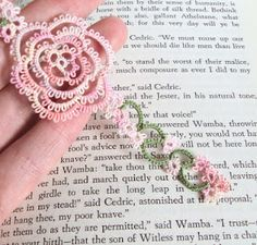 TataniaRosa  Such a delicate tatted bookmark -  lovely.