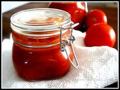 Chutney stammt ursprünglich aus Indien, hat sich durch die Engländer aber mittlerweile in der ganzen Welt verbreitet. Es passt zu fast allem und mit seiner süß-sauren Note ist Tomatenchutney eine f…