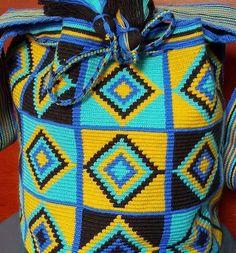 64 отметок «Нравится», 1 комментариев — Wayuu Boutique (@boutiquewayuu) в Instagram: «Wayuu bags #wayuubags #bolsaswayuu #wayuumochilas #missbags with @boutiquewayuu. Variety of designs…» Crochet Handbags, Crochet Purses, Crochet Bags, Tapestry Bag, Tapestry Crochet, Filet Crochet, Knitted Bags, Cross Stitch Embroidery, Weaving
