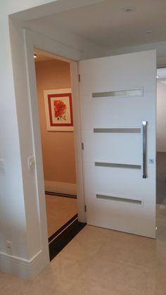 Porta pivotante com visores de vidro horizontais - Ecoville Portas Especiais