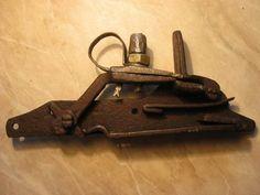 """karelian type flintlock russian flintlock  Guarda una retirada amb el sistema primitiu del Pany Pre-Miquelet que després derivà al tipus """"a la Romana""""."""