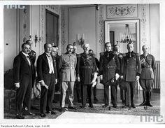 Uczestnicy uroczystości w Belwederze. Widoczni m.in.: admirał Jerzy Zwierkowski (4), płk Józef Beck (9), hrabia Edward Mycielski (3), hrabia Stanisław Breza (5), marszałek Polski Józef Piłsudski (x), ppor. rez. Konstanty Bniński (6), hrabia Bogdan Hutten Czapski (1), hrabia Stanisław Taczanowski (8), płk Władysław Belina-Prażmowski (7), płk książę Olgierd Czartoryski (2), adiutant marszałka Józefa Piłsudskiego mjr Stanisław Próchnicki (10).