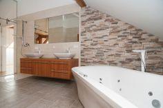 Riverfront Villach, Badezimmer Penthouse, Luxuswohnungen an der Drau Alcove, Bathtub, Bathroom, Interior, Villach, Real Estates, Full Bath, Standing Bath, Washroom