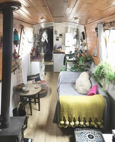 Who fancy living on a boat? 🚣♀️ A narrow boat is pretty popular in England. sturdy but yet small enough to travel through narrow canals. Perfect for a slow-lifer😎 ———— 📸 Living On A Boat, Narrowboat, Tiny House, England, The Unit, Fancy, Couch, Bed, Pretty
