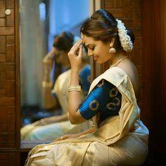 Try these sensational saree blouse designs - Indian Fashion Ideas Set Saree Kerala, Kerala Saree Blouse, Indian Sarees, Indian Bollywood, Saree Dress, Onam Saree, Kasavu Saree, Lehenga Choli, Half Saree Designs