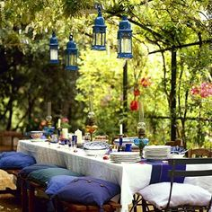 Fresh and inviting outdoor dining in dark blue and white.