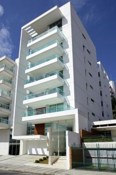 Built by Paulo César Lourenço and Bruno Sarmento in Juiz de Fora, Brazil with date Images by Marcio Brigatto. Maiorca is a residential building designed by Lourenço Arch Building, Building Exterior, Building Facade, Minimalist Architecture, Facade Architecture, Residential Architecture, Small Buildings, Modern Buildings, Facade Design