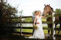 photo de mariage pour un couple qui aime les chevaux à une base d'équitation