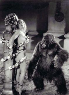 Ser cristiana y salir en una película de Cecil B. de Mille es lo que tiene: que si te descuidas te ataca un gorila lujurioso (El signo de la cruz, 1932).