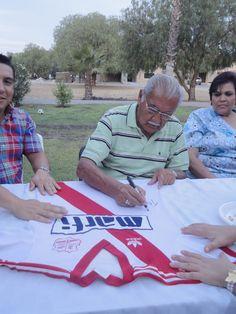 Don Antonio Carbajal firmándome el Jersey de visita de Atlético Morelia 1987-1988.