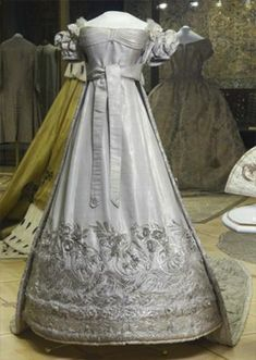 1825-coronation-dress-of-2.jpeg (480×675)