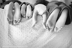 Wie niedlich naissance part naissance bebe faire part felicitation baby boy clothes girl tips Foto Newborn, Newborn Baby Photos, Newborn Shoot, Newborn Baby Photography, Newborn Pictures, Maternity Pictures, Pregnancy Photos, Maternity Photography, Baby Pictures