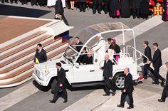 Benet XVI amb el Papa mòbil arriba on l'esperen els bisbes i cardenals