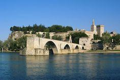 """Avignon, Vaucluse. Zentrum des Christentums im Mittelalter und UNESCO-Welterbe: Entdecken Sie hier den Papstpalast, die Brücke Saint-Bénezet, auch """"Pont d'Avignon"""" genannt, und bewundern Sie die verschiedenen Kirchen und Kapellen der Stadt.... und verpassen Sie auf keinen Fall das berühmte Theaterfestival im Juli."""