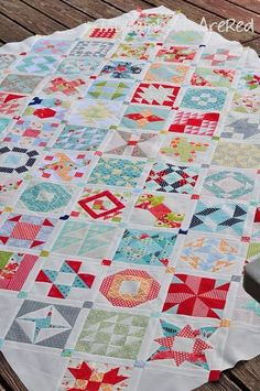My Rainboots Are Red: :: farmer's wife sampler quilt -- great idea for using scrap fabrics and smaller blocks. Quilting Projects, Quilting Designs, Sewing Projects, Dear Jane Quilt, Farmers Wife Quilt, Sampler Quilts, Amish Quilts, Square Quilt, Hexagon Quilt
