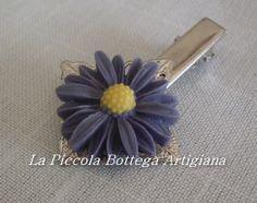 Pinzetta per capelli in metallo argentato con filigrana a fiore a quattro petali e margherita viola in resina