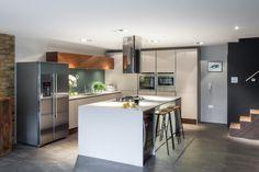 Wyspa kuchenna, otwarta kuchnia, duża kuchnia, projekty kuchni, betonowa podłoga w kuchni. Zobacz więcej na: https://www.homify.pl/katalogi-inspiracji/18600/podloga-w-kuchni-jaka-wybrac