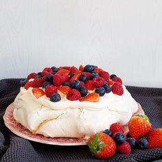 Culi Sandra - Pavlova met rood fruit en room - Culi Sandra Red Fruit, Puddings, Biscuits, Cheesecake, Deserts, Yummy Food, Sweets, Cream, My Favorite Things