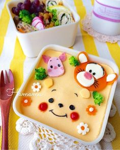 Winnie the Pooh, Tigger, and Piglet character omurice (omelette rice) bento box Bento Box Lunch For Kids, Bento Kids, Cute Lunch Boxes, Bento Recipes, Baby Food Recipes, Bento Tutorial, Cute Food, Yummy Food, Japanese Food Art