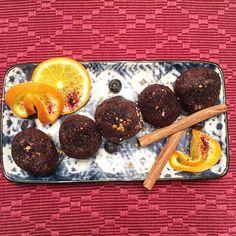 Zkuste vyměnit běžné cukroví pečivo za zdravé vánoční cukroví, po kterém nepřiberete, nebude vám těžko a rozhodně si pochutnáte! Bliss Balls, Advent, Plum, Protein, Low Carb, Treats, Orange, Breakfast, Cake