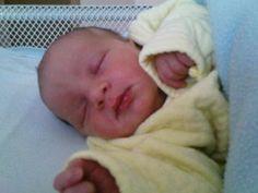 Бебета, приспивани със сешоар, са с тежки изгаряния