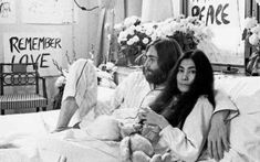 """John Lennon and his wife Yoko Ono hosting a 'bed in' to protest the war in Vietnam. The famous musician became known for his peaceful acts against the war and """"give peace a chance"""" became an anthem for peace. Peggy Guggenheim, Robert Mapplethorpe, Ringo Starr, Keith Haring, Paul Mccartney, Hippie Style, Studio 54, Cultura Rave, John Lennon Yoko Ono"""