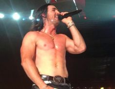 Before and After Video Footage of Jake Owen Splitting His Pants In Concert