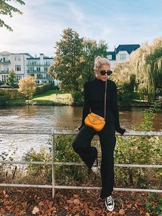 The Best Fall Outfits for the Minimalist at Heart Source by mangellipodevin turtleneck outfit Loose Pants Outfit, Black Pants Outfit, Black Turtleneck Outfit Winter, Black Converse Outfits, Black Chucks, Chucks Outfit, Fall Outfits, Casual Outfits, Pantalon Large