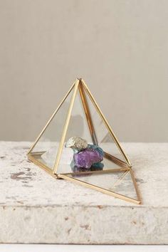 boîte à bijoux en forme de pyramide en laiton et verre pour y exhiber ses cristaux ou minéraux