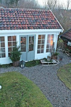 Ein hellblaues Gartenhaus mit großen Fenster! Mehr Information über die Gartenhäuser auf pineca.de/gartenhauser/