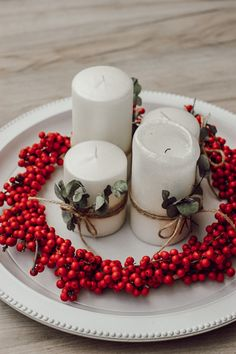 DIY: Adventskranz aus Illex und Eucalyptus | daisiesandglitter Xmas Decorations, Panna Cotta, Ethnic Recipes, Christmas, Food, White Candles, Advent Season, Deco, Xmas