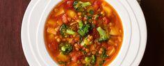 Slepičí bujon rozdrobte do 750 ml vroucí vody a pořádně promíchejte. Olej rozpalte v hrnci, přidejte cibuli, celer, slaninu a česnek a zhruba 5 minut... Veggie Recipes, Cooking Recipes, Chana Masala, Chili, Easy Meals, Good Food, Veggies, Soup, Ethnic Recipes
